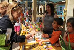 L'alcaldessa Neus Lloveras, comprant productes fets per emprenedors de les escoles de VNG