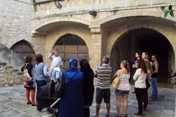 Rafael Mestres, director de l'Arxiu, comentant la visita