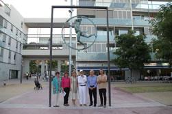 La inauguració va comptar amb la participació de l'escultor Òscar Estruga