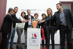 Regidors i regidores fent una aportació per La Marató