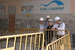 Neus Lloveras i Joan Giribet durant la visita a les obres que es fan a l'Esportiu La Pisicina
