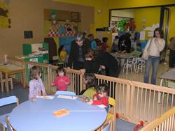 Carme Porta i Míriam Espinàs conversant amb els nens i nenes