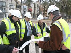 L'alcalde i el regidor de Projectes consulten el plànol sobre l'actuació del passeig del Carme