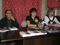 La regidora de Cultura Isabel Pla, acompanyada de Joaquim Budesca i Isabel Coll