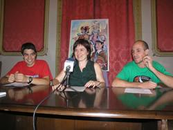 Isabel Pla acompanyada per dos membres de la Colla de Geganters de VNG