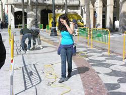 Alba Ramírez preparant l'equip per fer l'estudi