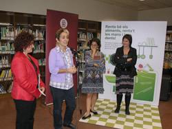 Un moment de la presentació, ahir a la biblioteca Joan Oliva