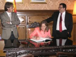 La consellera ha signat el llibre d'honor de la ciutat