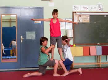 L'escola ofereix de manera regular formació d'infants, joves i adults en les arts circenses