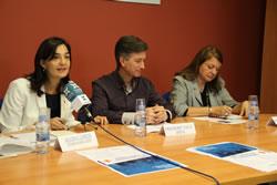 Ariadna Llorens; Frederic Vilà i Mari Àngels Roque, durant la presentació del CUM aquest migdia