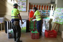 Els treballadors del Tegar s'encarreguen de recollir l'oli de les escoles