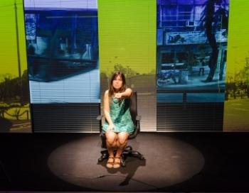 La mateixa Claudia ve a Vilanova i la Geltrú des de l'Argentina per explicar la seva història
