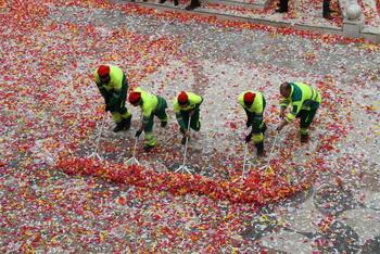 La neteja especial comença durant la mateixa celebració de les Comparses