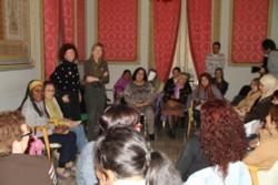 L'alcaldessa, amb el grup de dones a la Casa Olivella