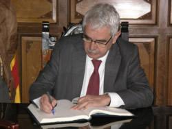 Pasqual Maragall signant el llibre d'honor de la ciutat