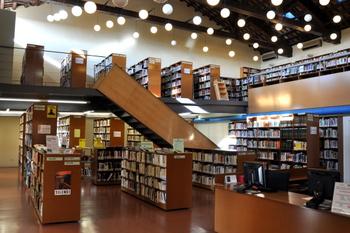 Interior de la biblioteca Joan Oliva i Milà