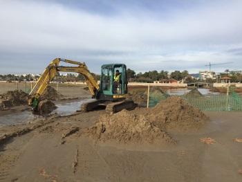 Les màquines ja treballen a la desembocadura del torrent a la platja