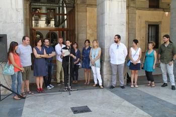 El jove Joan Albert Pascual ha llegit el manifest davant les portes de l'Ajuntament