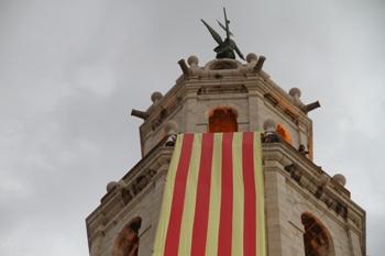 La hissada de la senyera al campanar de Sant Antoni s'ha convertit en una tradició després de 10 anys
