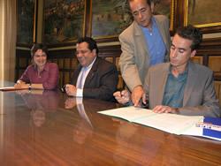 Isabel Pla, Joan Ignasi Elena i  Francesc Chacón, durant l'acte de signatura