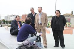 L'alcalde, el diputat d'Esports i el regidor d'Esports parlant amb un  usuari de l'Skate park