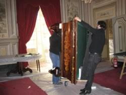 Tècnics movent el billar del Museu Papiol. Foto cedida pel Museu