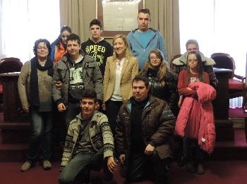 Els joves participants al PFI Adaptat amb l'alcaldessa