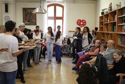 Els nois i noies del PQPI de Fleca i Pastisseria a l'hora de repartir el berenar als usuaris de la Casa d'Empara
