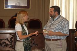 L'alcaldessa de la ciutat, Neus Lloveras, ha rebut mossèn Punzo al saló de Plens
