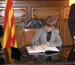 La consellera de Treball, Mar Serna, signant al Llibre d'Honor de la Ciutat