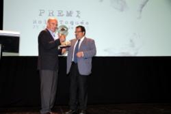 L'alcalde de Vilanova i la Geltrú lliurant el premi al director de Thalassa