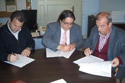 El regidor d'Esports, Salvador Becerra (al centre), en el moment de la signatura