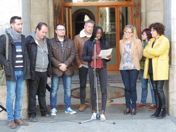 Un centenar de persones han assistit a la lectura del manifest davant la porta de l'Ajuntament
