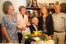 Francesc Calafell amb els seus fills i l'alcaldessa Neus Lloveras