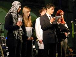 Actuació dels joves de VNG reivindicant els drets humans