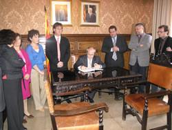 José Montilla signa al Llibre d'Honor de la ciutat