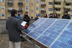 El terrat de l'Escola de Música acull una instal·lació de plaques solars fotovoltaiques que donen rendiment econòmic