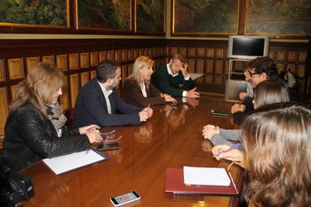 Visita delegat de la Generalitat a BCN, reunió