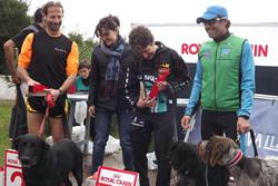 La regidora, Ariadna Llorens, amb els tres primers classificats del Canicròs