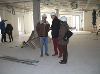 El regidor de Projectes i Obres, Joan Giribet , amb la direcció tècnica del projecte, Jordi Miralles i Anabel Fuentes