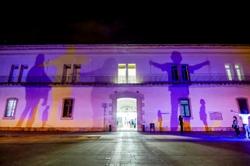 Instal·lació lumínica 'Across de wall' a la plaça de les Casernes