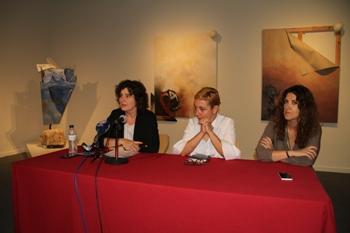 Teresa Llorens, Maria Guinovart i Mireia Rosich presentant la mostra