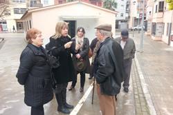 Neus Lloveras i Marijó Riba, amb els representants dels veïns del barri de l'Armanyà