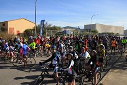 El grup de ciclistes moments abans de la sortida