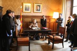 La consellera ha signat el llibre d'honor de la ciutat abans de reunir-se amb l'equip de govern