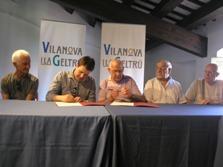 Moment de la signatura del conveni amb l'Associació Grup de Pintors de Vilanova i la Geltrú