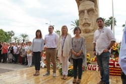 Els portaveus dels grups municipals als peus del monument