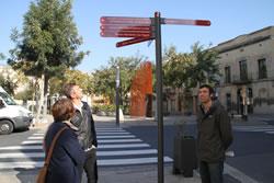 El regidor d'Urbanisme i tècnics municipals, a la plaça de les Casernes on s'ha instal·lat un dels indicadors