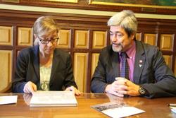 Després de signar el conveni el president de l'Amical ha regalat a l'alcaldessa un llibre sobre la història de l'entitat