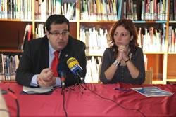 L'alcalde de VNG i la regidora del Pla de la Infància durant la presentació de les accions municipals per als infants